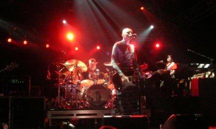 Ok, ho trovato solo questa. Sono gli Smashing Pumpkins al Palatrussardi il 24 aprile del 1996. Era la prima volta che vedevamo Billy Corgan senza capelli (in realtà, pochi giorni prima era uscito il video di 1979, che ci aveva sconvolto tutti). Jonathan Melvoin era ancora vivo. Noi anche eravamo vivi.