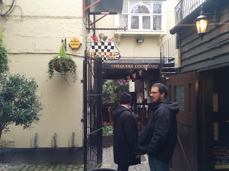 Catalano e Bruno in attesa di prender posto nel pub più vecchio di Oxford in cui io ho mangiato il fish'n chips della vita.