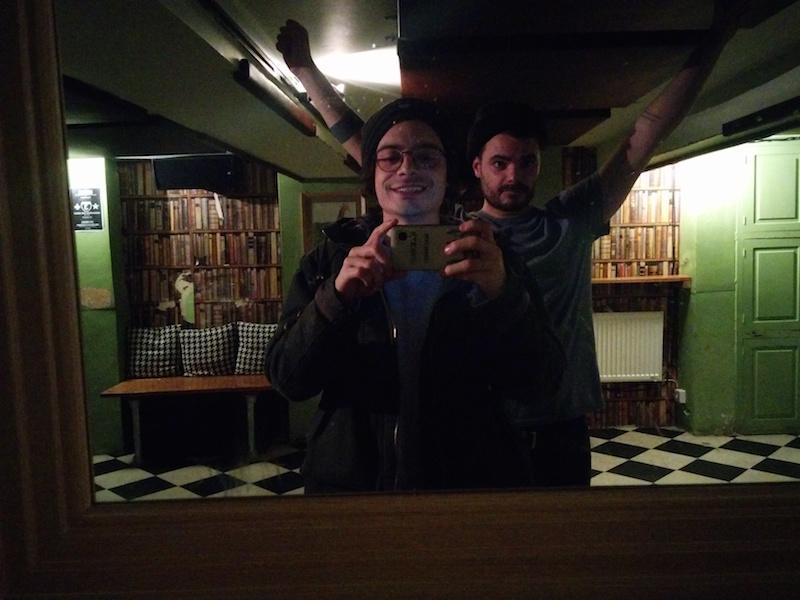 """Io e Bruno al Library mentre Catalano era andato a recuperare qualcosa di pesante e fondamentale che ora non ricordo, tipo un ampli o un proiettore. Gli ho detto """"famose er serfi"""""""