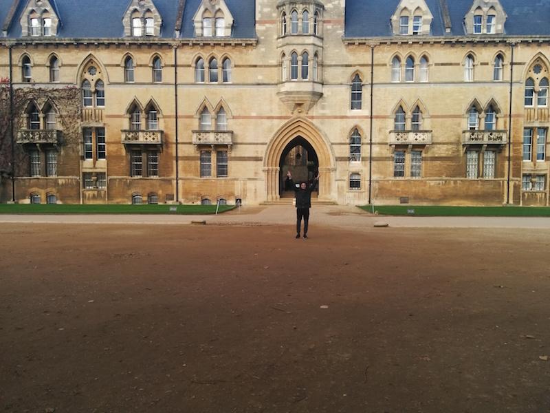 Io che cerco di esplodere come una supernova davanti alla bellissima università di Oxford (almeno credo che fosse l'università di Oxford)