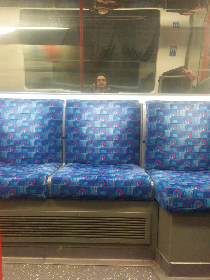 Io che mi annoio a morte in un viaggio in metro a Londra che ho pagato troppo.